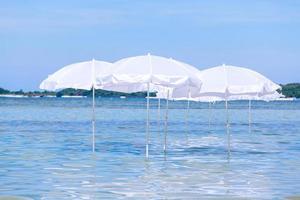 weiße Regenschirme im Wasser foto