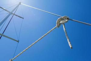 geknotetes Seil auf dem Schiff foto