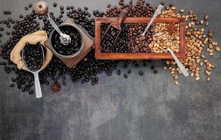 gerösteter Kaffee auf grau