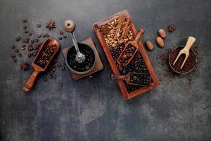 gerösteter Kaffee auf grauem Hintergrund