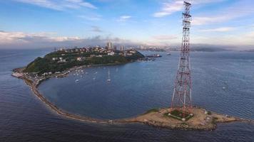 Luftaufnahme einer Küstenstadt und der Küste in Wladiwostok, Russland