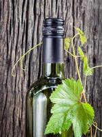 Weinflasche mit Efeu foto