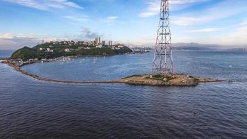 Luftaufnahme einer Küstenstadt und der Küste in Wladiwostok, Russland foto