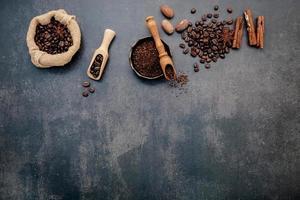 Kaffeebohnen auf einem dunkelgrauen Hintergrund