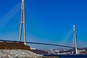 Zolotoy-Brücke mit klarem blauem Himmel in Wladiwostok, Russland foto