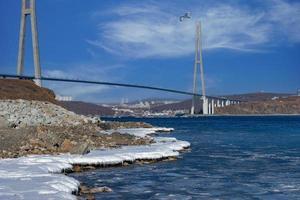 Zolotoy-Brücke mit bewölktem blauem Himmel in Wladiwostok, Russland foto