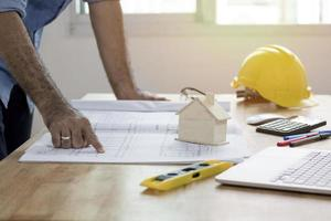 Ingenieur oder Architekt, der über Blaupause schaut foto