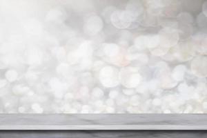 weißes Marmorregal auf grauem Bokehhintergrund foto