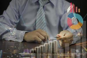 Doppelbelichtung eines Geschäftsmannes, der Münzen stapelt