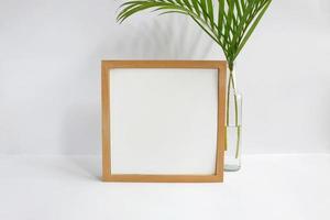 leerer Rahmen mit Pflanze auf weißem Hintergrund