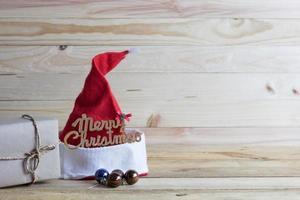Weihnachtsmütze auf Holz mit Kopienraum