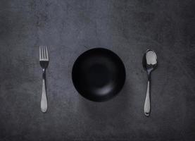 schwarze Schüssel und Besteck