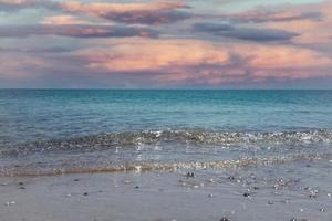 Seestück mit einem bunten rosa Sonnenuntergang