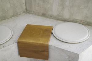 Minimale Cafe-Dekoration mit einfachem Möbelset foto