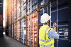 Vorarbeiter steuern Ladecontainer Box von Fracht foto