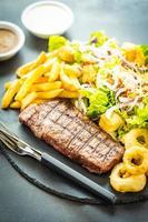 Gegrilltes Rindersteak mit Pommes Frites und frischem Gemüse