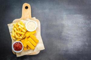 Fischstäbchen und Pommes Frites mit Tomatenketchup und Mayonnaise-Sauce
