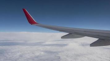 Flugzeugflügel am Himmel über den Wolken