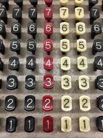 alter Taschenrechner mit farbigen Knöpfen foto