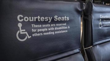 Sondersitze für Menschen mit Behinderungen foto