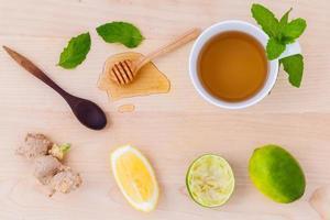 Tasse Kräutertee mit Zitrone, Limette und Honig foto