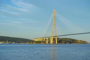 Seestück der goldenen Hornbucht und der Zolotoybrücke mit bewölktem blauem Himmel in Wladiwostok, Russland