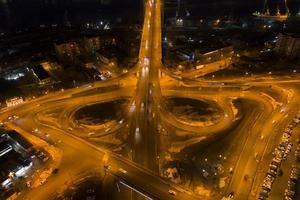 Luftaufnahme des Nachtverkehrs in Wladiwostok, Russland foto