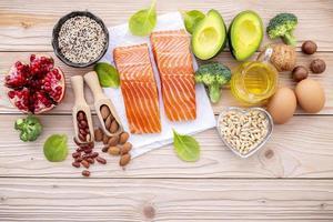 roher Lachs und gesunde Zutaten foto