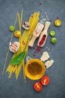 Draufsicht auf italienische Kochzutaten foto