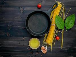 Pfanne und Spaghetti Zutaten foto