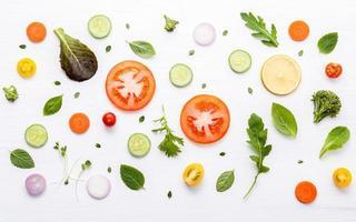 Lebensmittelmuster mit verschiedenen Gemüse und Kräutern foto