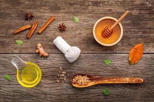 Honig und Gewürze für die Spa-Behandlung foto