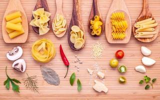 italienische Lebensmittelzutaten auf Holz foto