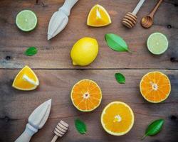 Zitrusfrüchte mit Entsafter