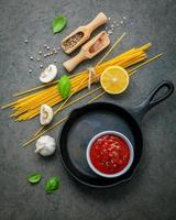 Pfanne mit Spaghetti-Zutaten foto