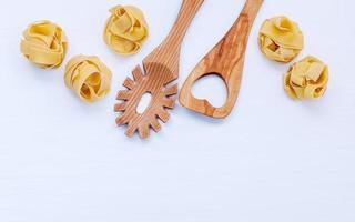 Holzutensilien und Nudeln foto