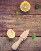 Zitrone und Saftpresse foto