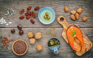 Draufsicht auf Omega-3-reiche Lebensmittel foto