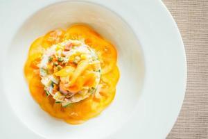 geräucherter Lachssalat auf weißem Teller