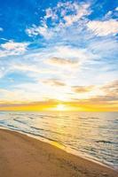 Sonnenuntergang über dem Strand foto