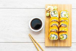 California Maki rollt Sushi mit Sauce und Essstäbchen
