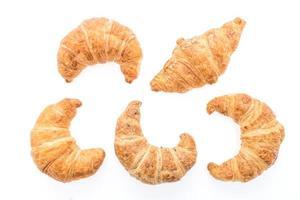 französische Buttercroissants auf weißem Hintergrund foto