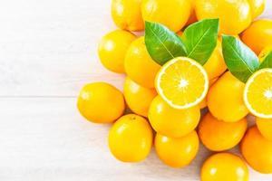 frische Orangen auf dem Tisch foto