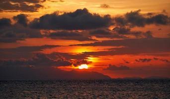 Seelandschaft mit buntem bewölktem Sonnenaufgang foto