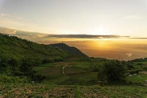 Landschaft mit buntem Sonnenaufgang mit Blick auf ein Tal