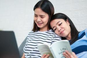 Frauen lesen Bücher im Wohnzimmer foto