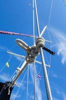 geknotetes Seil auf einem Segelboot foto