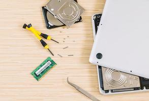 Draufsicht auf Laptop-Reparatur foto