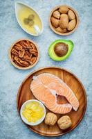Draufsicht auf Lachs und gesunde Lebensmittel foto