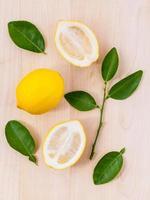 frische Zitronen auf Holz foto